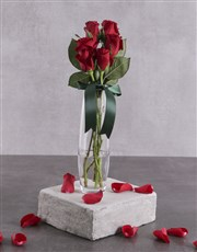Red roses in a glass vase.(App:20x4cm)<!--roses on