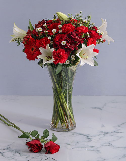 christmas: Mix of Red Flowers in a Glass Vase!