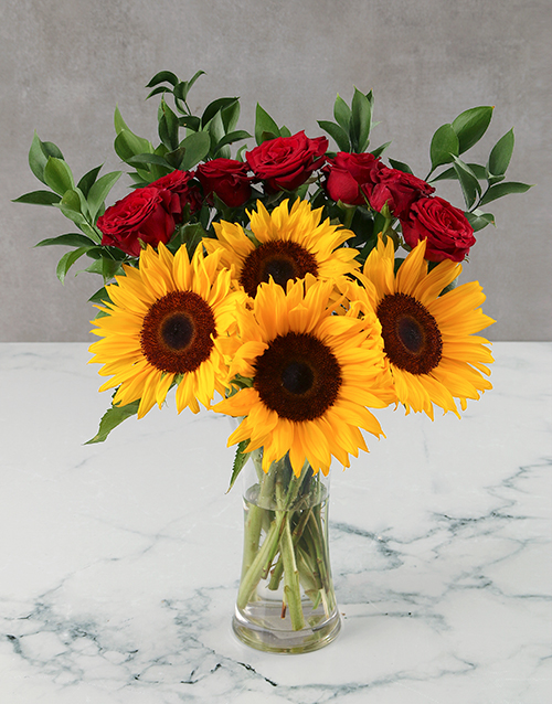christmas: Sunflowers and Red Roses in Glass Vase!