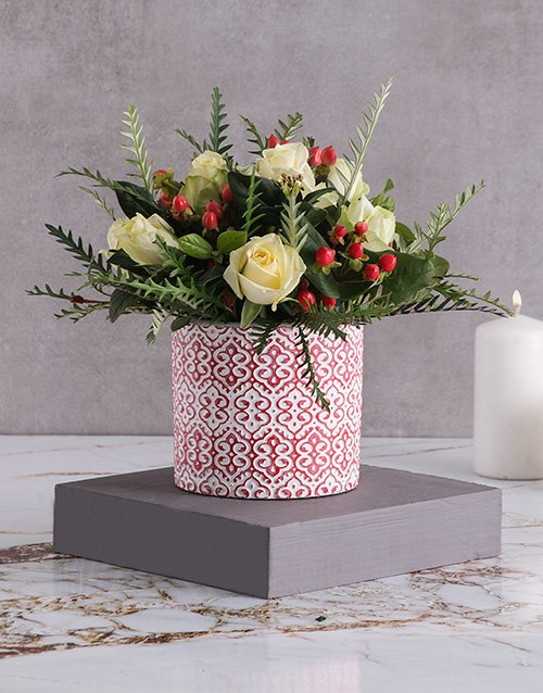 christmas: White Roses and Hypericum in Ceramic!